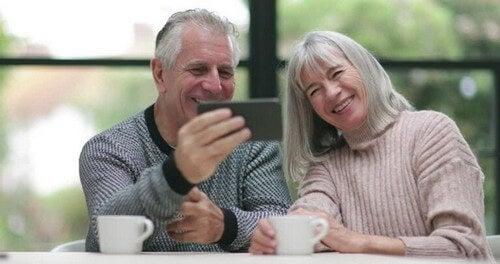 Ældre par foretager videoopkald