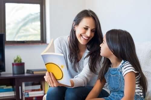 Kvinde lærer pige at læse ved hjælp af den syballiske metode