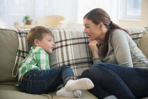 Mor og søn snakker sammen på sofa