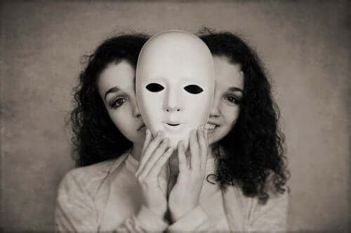 to ansigter bag en maske