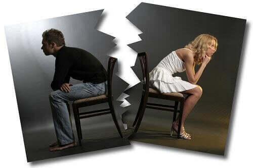 Overrevet foto af par med ryggen til hinanden