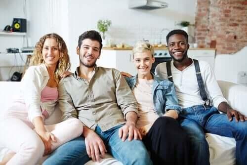 Fire personer i sofa dyrker ikke-monogami