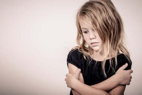 En sørgende pige