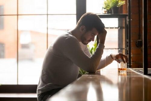 Mand med drink i en bar