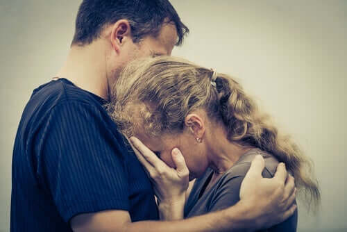 kvinde græder ud ved en mands skulder grundet kronisk selvopofrelse