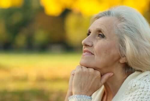 Ældre kvinde i tanker