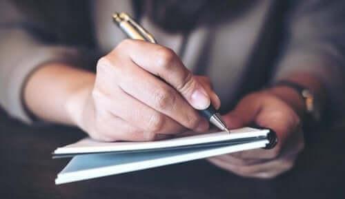 En mand, der skriver