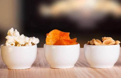 Snacks i små skåle på bord