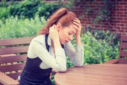 Stresshåndteringsmetoder: En kvinde overvundet af angst