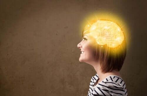kvinde med oplyst hjerne