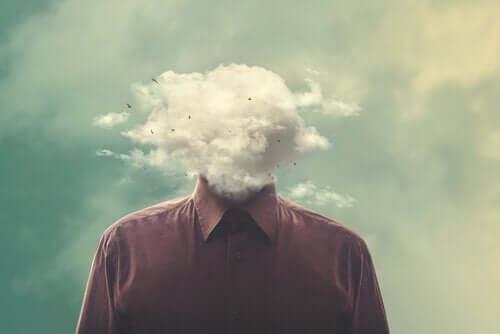 Mand med hovedet i en sky