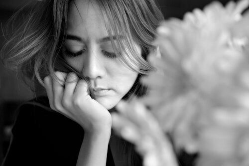 Kvinde i dybe tanker som symbol for, at du skal forholde dig kritisk til, hvad du tænker