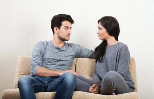 Par med fin øjenkontakt formår at opnå tillid under en samtale