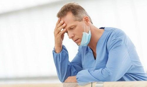 Udmattet læge har brug for psykologisk støtte
