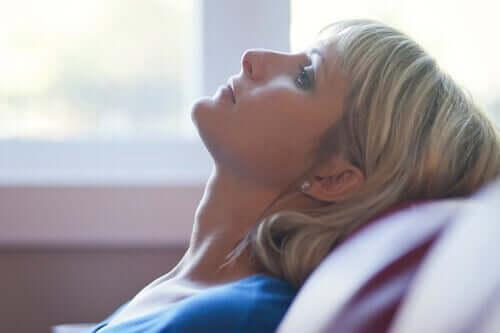 Træt kvinde lægger hoved tilbage