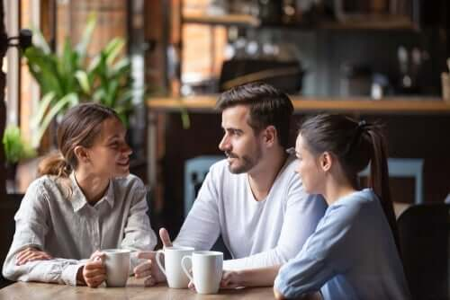 Tre folk på en café