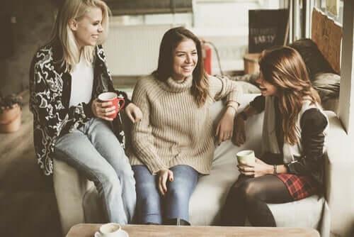 Tre veninder i sofa