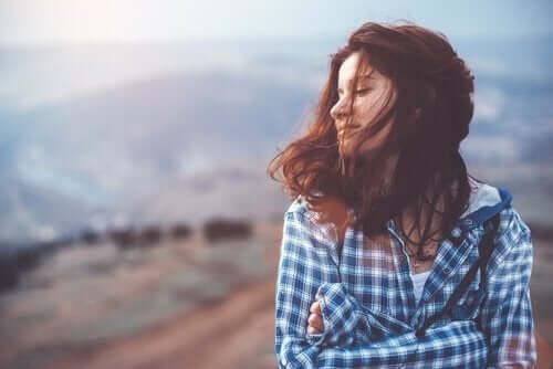 Kvinde foran bjerglandskab