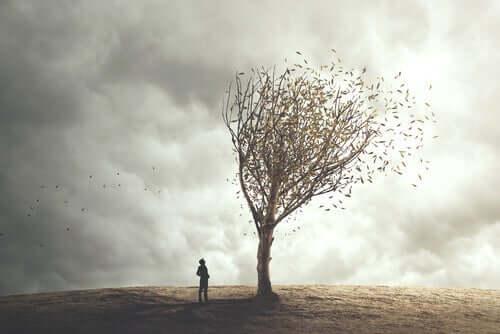 Mand ved træ