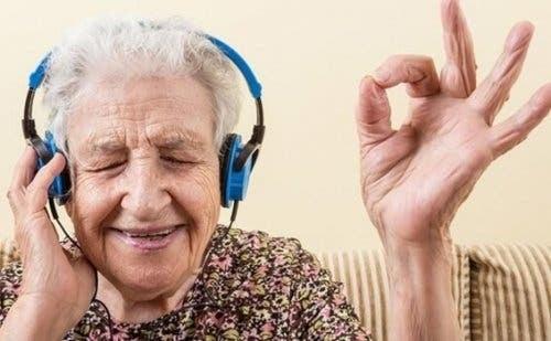 Ældre kvinde, der lytter til musik
