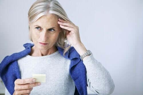 Ældre kvinde, der tænker