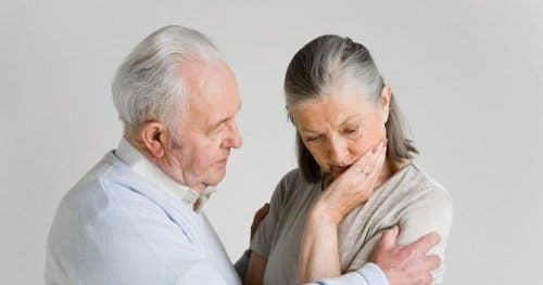 Ældre mand, der taler til ældre kvinde
