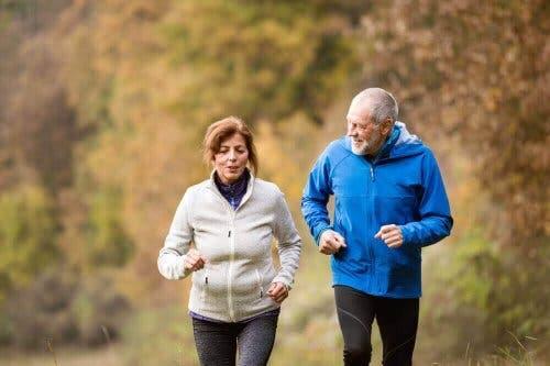 To ældre mennesker jogger sammen