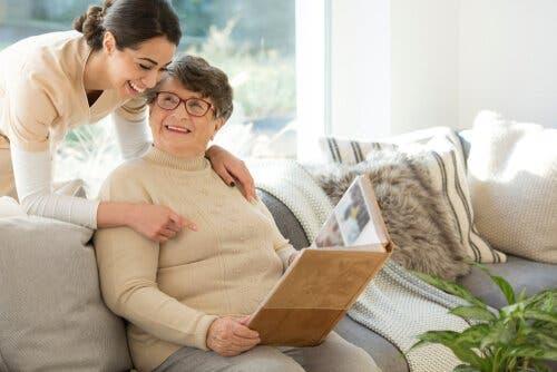 Sådan kan man kommunikere med folk med demens