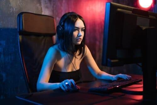 Animeret kvinde, der spiller computer
