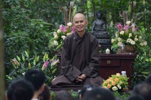 Børn, der bliver undervist i det fri af munk