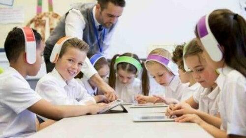 Børn i skole med høretelefoner på