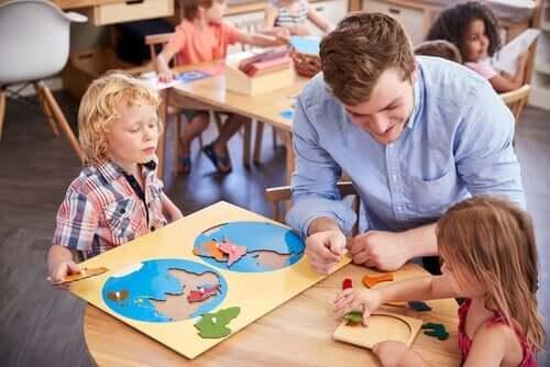 Lærer underviser børn ud fra metoden af Maria Montessori