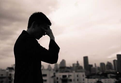 Mindfulness for de ledige anvendes af mand, der tager sig til hoved