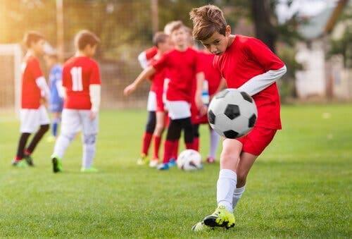 En dreng på et ungdomsfodboldhold, der sparker til en bold