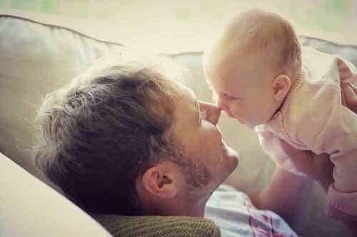 Lær om kommunikation hos spædbørn