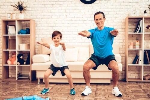 Far og søn træner sammen derhjemme