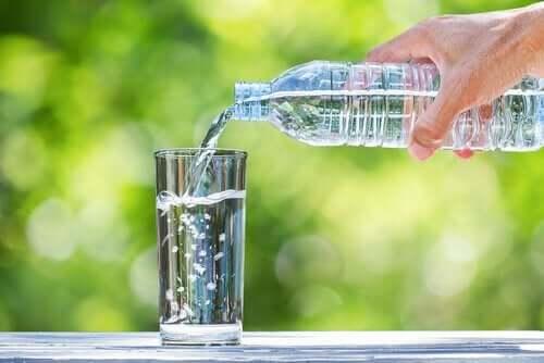 Vand hældes i et glas