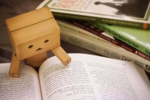 Figur, der kigger i bog