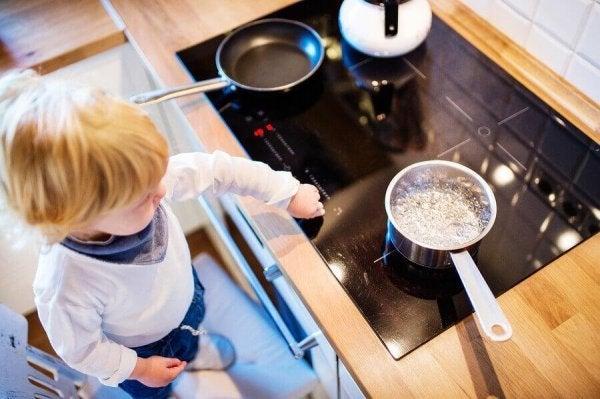 Barn ved en varm kogeplade