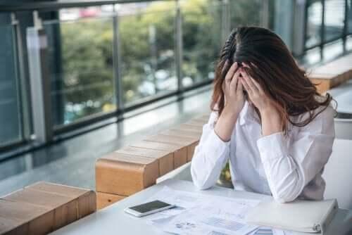 Frustreret kvinde tager sig til hoved