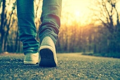 Person går en tur udenfor