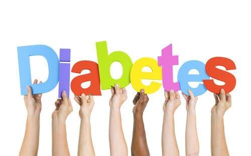 Hænder, der holder bogstaverne i diabetes