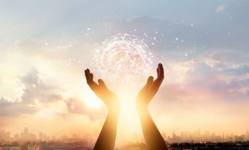 Hænder, der holder om en sky formet som en hjerne, symboliserer at værdsætte din indsats
