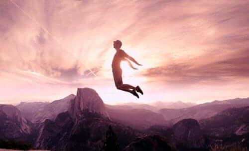 Mand flyver af glæde i bjerge