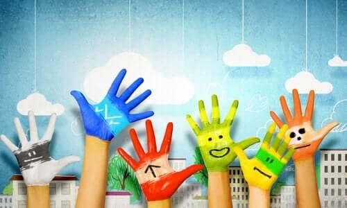 Malede hænder illustrerer betydningen af kunst for børns udvikling