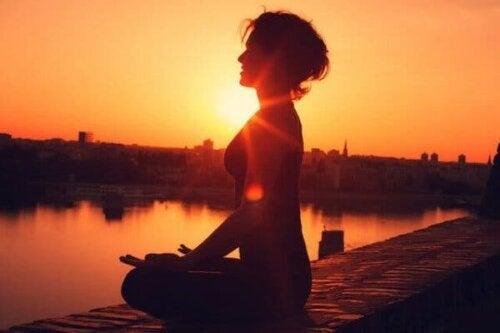 Kvinde, der mediterer for at opnå psykisk balance