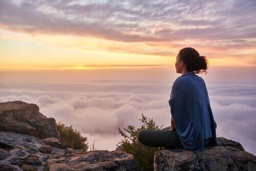 Kvinde, der nyder udsigt fra et bjerg