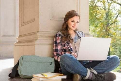 Kvinde, der studerer på bærbar