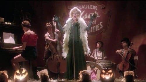 Kvinde, der synger til freak show