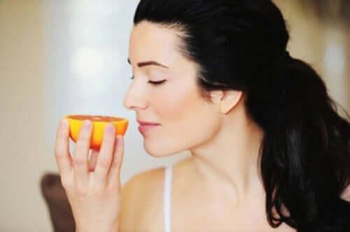 Kvinde dufter til appelsin